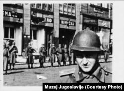 Prizor ispred predstavništva Nemačke koje su demonstranti demolirali, a nova vlada pokušala da ga popravi i zaštiti da ne bi razljutila Hitlera.