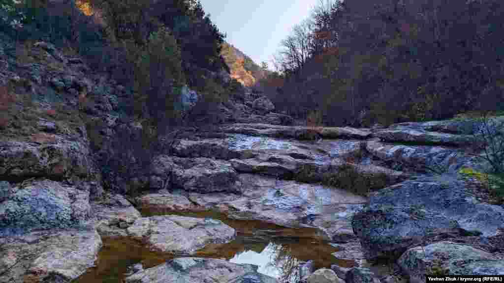В верхнем течении Арманки сохранились лужи в естественных каменных ваннах, глубина некоторых до полуметра