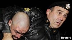 Policija drži Sergeja Uldatsova na protestima 12. oktobra