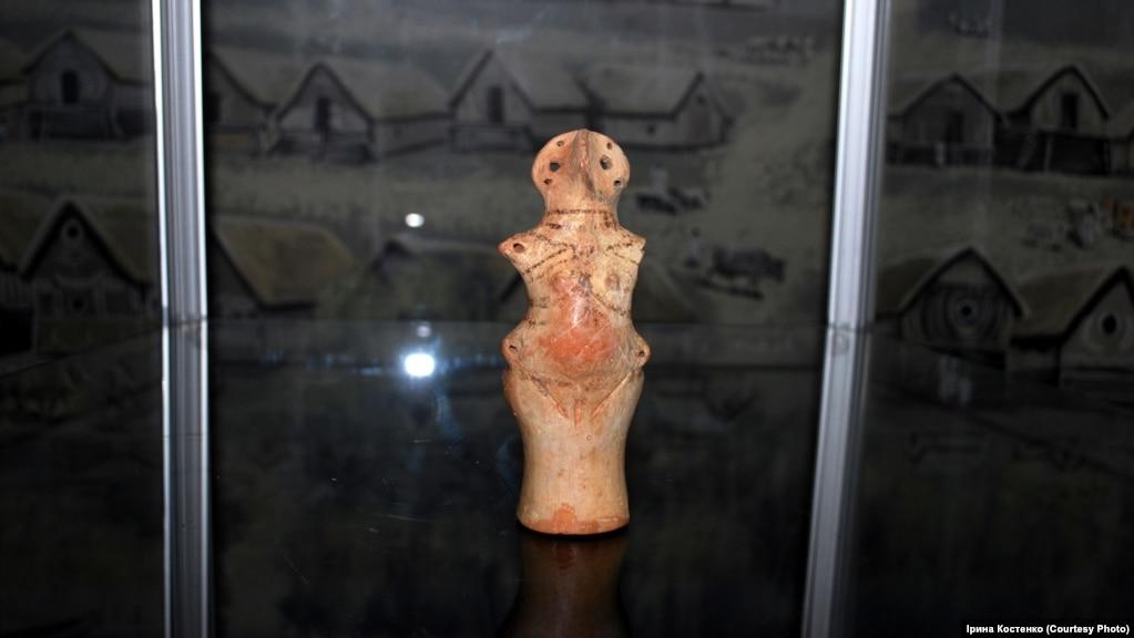 Керамічна фігурка богині-матері. У неї в животику 9 глиняних кульок, коли її потрясти, то можна почути звук, який лунав 5800 років тому