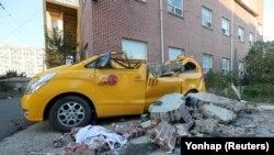 Пошкоджена машина унаслідок землетрусу в місті Пхохан, Південна Корея, 15 листопада 2017 року
