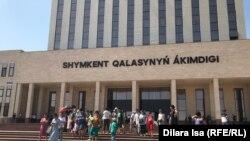 У здания акимата города Шымкент. 12 июля 2019 года.