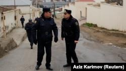 Полицейские на дороге, ведущей к центру реабилитации наркозависимых, где произошел пожар. Баку, 2 марта 2018 года.