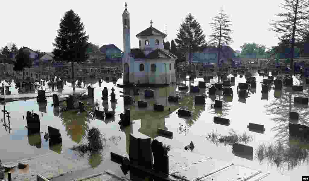 A flooded cemetery at the entrance of the town of Bosanski Samac, Bosnia-Herzegovina (epa/Fehim Demir)