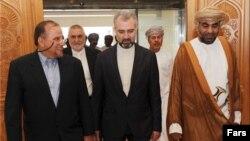 مجتبی عطاردی (نفر اول سمت چپ) پس از آزادی، در عمان