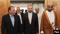 مجتبی عطاردی (چپ) در فرودگاه مسقط با استقبال کاردار سفارت ایران در عمان و مشاور سلطان قابوس روبهرو شد