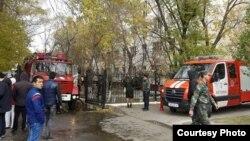 Сотрудники противопожарной службы и пожарные машины у общежития, где случился пожар. Астана, 6 октября 2015 года.