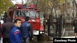 Люди у пожарной машины. Иллюстративное фото.