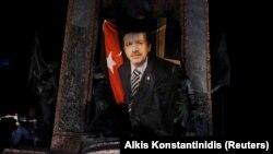 Podržavalac turskog predsednika sa zastavom sa njegovim likom na provladinim demonstracijama u Istanbulu