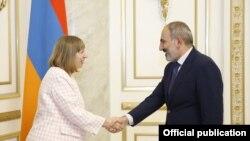 Ermənistanın baş naziri Nikol Pashinian və ABŞ-ın Yerevandakı səfiri Lynne Tracy, 31 oktyabr, 2019