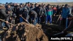 Кыйнап үтерелгән Решат Аметовны җирлиләр. Аны мәйданда торганда Русия хәрбиләре алып киткән була.