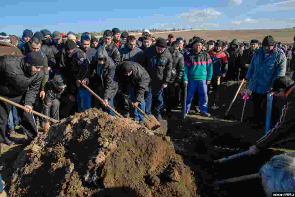 Reshat Ametov laid to rest at the Abdal cemetery in Simferopol