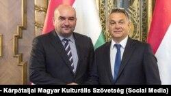 Vasyl Brenzovych (stânga) cu Prim Ministrul Ungariei, Viktor Orbán.