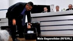 В архиве грузинского МВД остаются 590 носителей информации, на которых записана слежка за известными политическими деятелями и другими людьми. Решено повременить с уничтожением этих файлов и передать их в прокуратуру