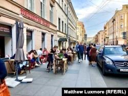 Outdoor dining on Rubinstein Street in St. Petersburg