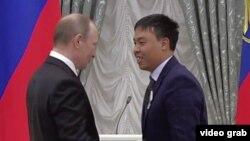 Орусиянын президенти Владимир Путин жана кыргызстандык Марат Исаев.