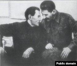 Що він йому шепоче?.. Микола Єжов та Йосип Сталін. 1937 рік.