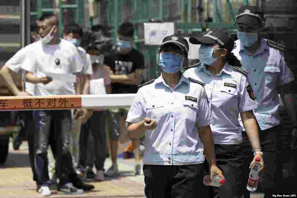 Робітники полишають центр тестування на коронавірус у Пекіні, Китай