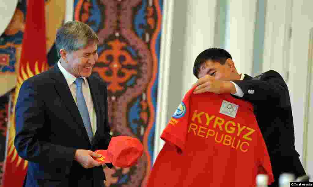 Данияр Кобонов вручил президенту КР памятную кепку и футболку с олимпийской символикой