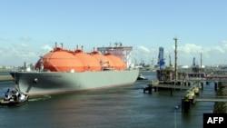"""Танкер для перевозки сжиженного природного газа """"Arctic Voyager"""" в порту Роттердама."""