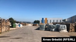 """Promjena vlasništva nad zemljištem, novoizgrađenim halama i starim vojnim objektima """"može ugroziti investiciju"""", kaže za RSE Suad Suljić, pravni zastupnik preduzeća """"Benkons Bosna""""."""
