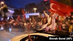 """Президент Эрдоган менен анын """"Адилет жана өнүгүү"""" партиясынын жактоочулары шайлоонун жыйынтыгын майрамдап жатышат. 24-июнь, 2018-жыл."""