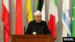 Мохаммед Тантави Тажикстандын борбору Дүйшөмбү шаарында Ислам аалымдарынын бири имам Ханифага арналган симпозиумда сөз сүйлөөдө. 2009-жылдын 6-октябры.