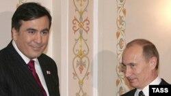 Грузия президенті Михаил Саакашвили (сол жақта) және Ресей президенті Владимир Путин. Ресей, 21 ақпан 2008 жыл. (Көрнекі сурет)