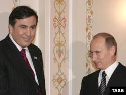 Ресей президенті Владимир Путин (оң жақта) мен Грузия президенті Михаил Саакашвили. Ресей, 21 ақпан 2008 жыл.