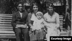 Зліва направо: Халіль Меметов і Фатма Язиджієва з дочкою Розіле (в центрі). Ялта, 1937 рік. Сімейний архів Розіле Меметової