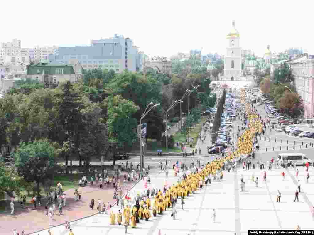Більше п'яти тисяч людей пройшли хресною ходою від Володимирського собору до пам'ятника Святому Володимиру над Дніпром.