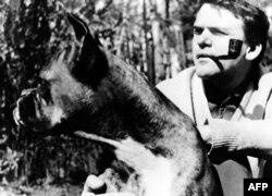 عکسی از کوندرا و سگش در زمان زندگی در پراگ