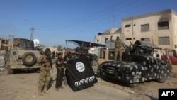 Ірацкія спэцназаўцы ў Рамадзі 28 сьнежня з захопленым сьцягам «Ісламскай дзяржавы»