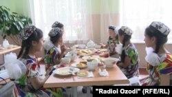 در تاجکستان دختران مکتب رو از پوشیدن روی سری منع اند و دختران و پسران کم سن اجازه ندارند، به مسجد بروند.