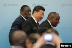 ОАР президенті Сирил Рамафоса (оң жақта) және Қытай басшысы Си Цзиньпин. Пекин, күз айы 2018 жыл.