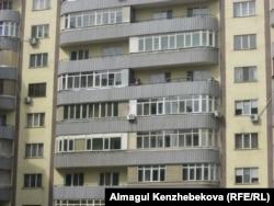 Кондиционеры на фасадах жилых домов в Алматы.