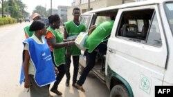 Nigeri - punëtor shëndetësor gjatë fushatës së vaksinimit kundër poliomelitit