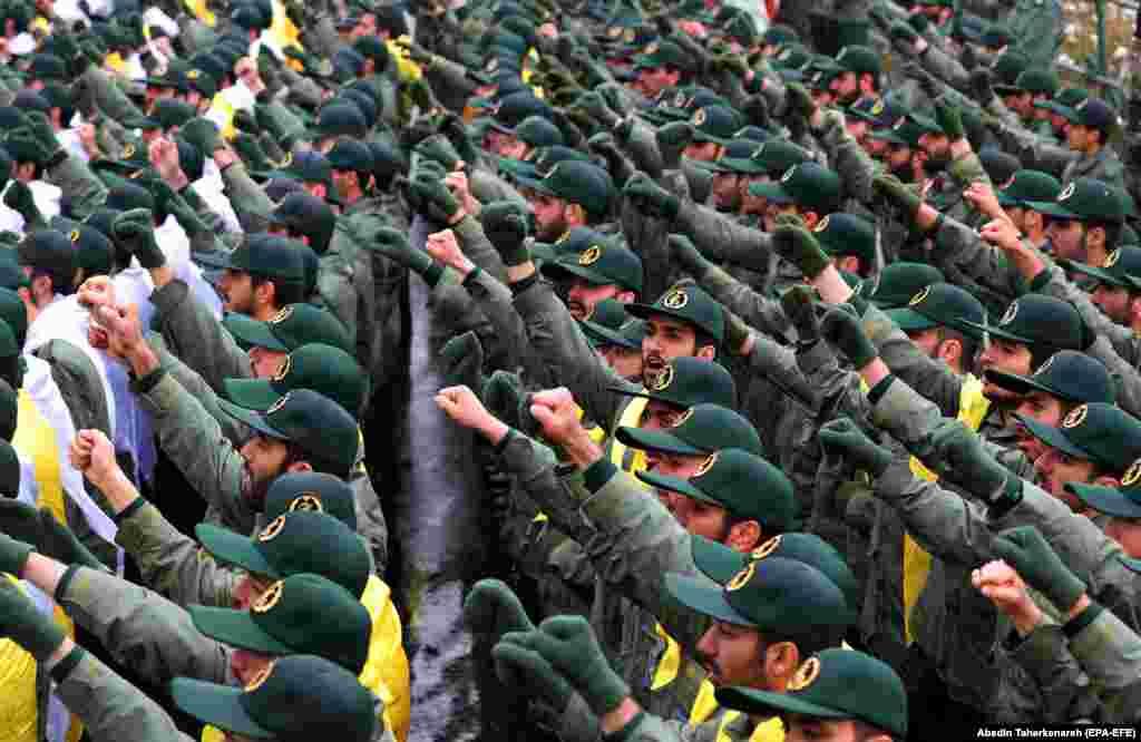 """اعضای سپاه پاسداران انقلاب اسلامی دستهای شان را بالا کرده شعار """"آزادی"""" سر داده اند."""