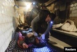 Боєць ДУК (Правий сектор) допомагає пораненому побратимові. Шахта Бутовка, 7 червня 2015 року