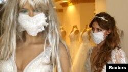 Защитные маски для свадебной церемонии в одном из магазинов города Диярбакыр в Турции