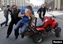 Избиение ЛГБТ-активистов на их акции в центре Москвы. 30 мая 2015 года