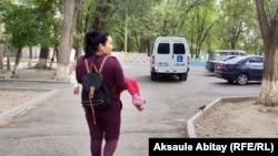 Гульвира Жуызтаева несет на руках дочь Насихат к инватакси. Тараз, 17 сентября 2020 года.