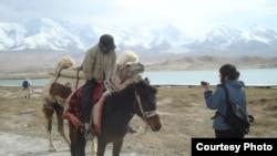 Азаттық тілшісі Шыңжаңдағы қырғызбен сөйлесіп тұр.