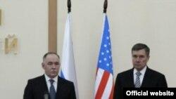 Глава Федеральной службы России по наркоконтролю Виктор Иванов (слева) и директор Управления администрации президента США по вопросам контроля за незаконным оборотом наркотиков Гил Керликовске