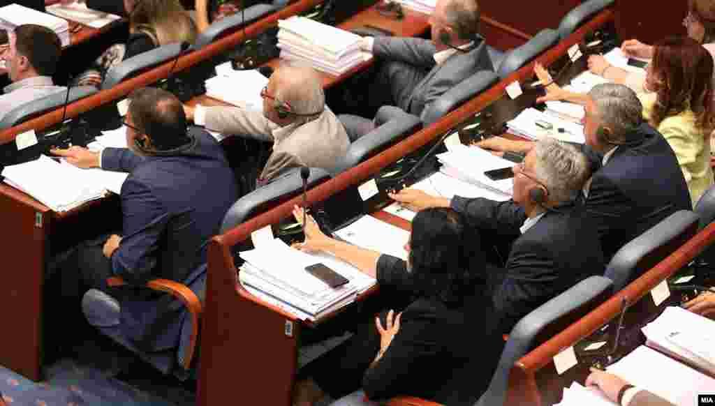 МАКЕДОНИЈА - Со 59 гласови ЗА, пратениците ги изгласаа измените во Законот за минимална плата, со што дадоа зелено светло таа да изнесува 14.500 денари.