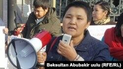 Жарандык активист Рита Карасартова акциялардын биринде.