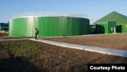 Установки предпринимателя Серика Кажиева, вырабатывающие из коровьего навоза газ. Костанайская область, Карасуский район, 22 июня 2012 года.
