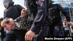 """На акциях """"Он нам не царь"""" 5 мая российские силовики избили десятки человек"""