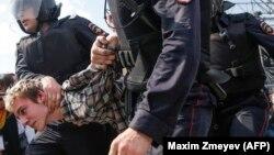 """На акциях """"Он нам не царь"""" 5 мая сотрудники правопорядка избили десятки человек"""