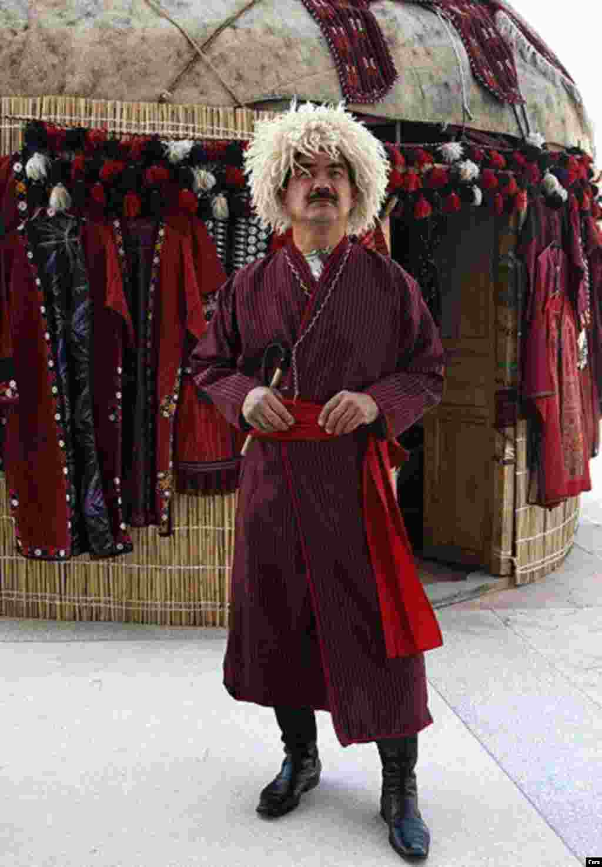 شهروند ترکمن در نمایشگاه صنایع دستی ایران در حاشیه نشست عدم تعهد